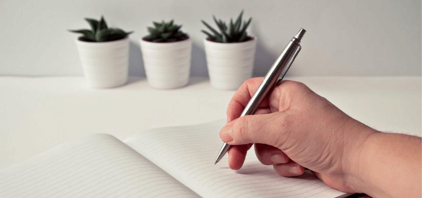 mano escribiendo sobre libreta