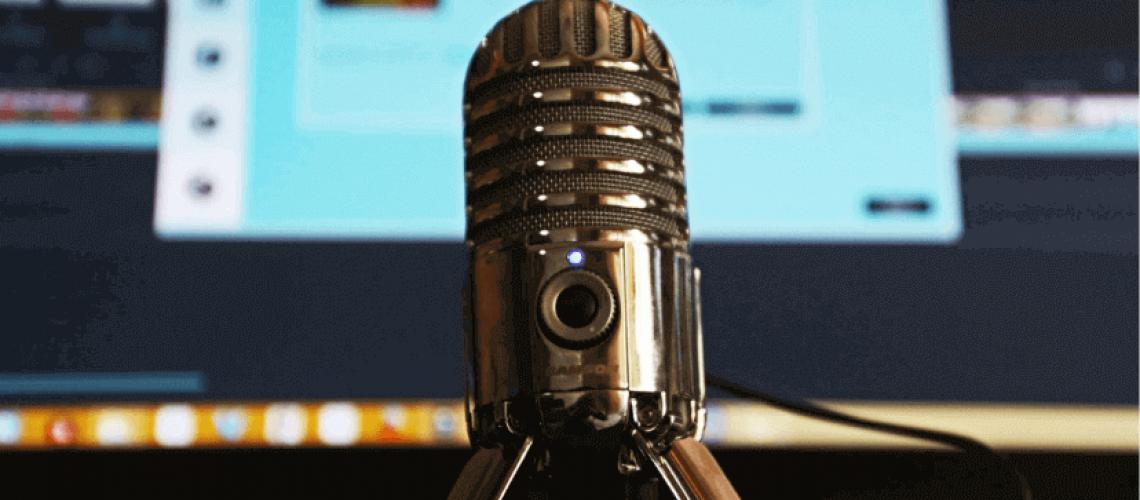 Micrófono delante de una pantalla de ordenador